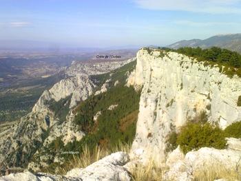 Depuis la cote 1265, vue vers  le Nord-Ouest et les falaises de la crête de l'Issioule. En tirets jaunes une approximation du sentier de Saint-Maurin au col de Plein-Voir