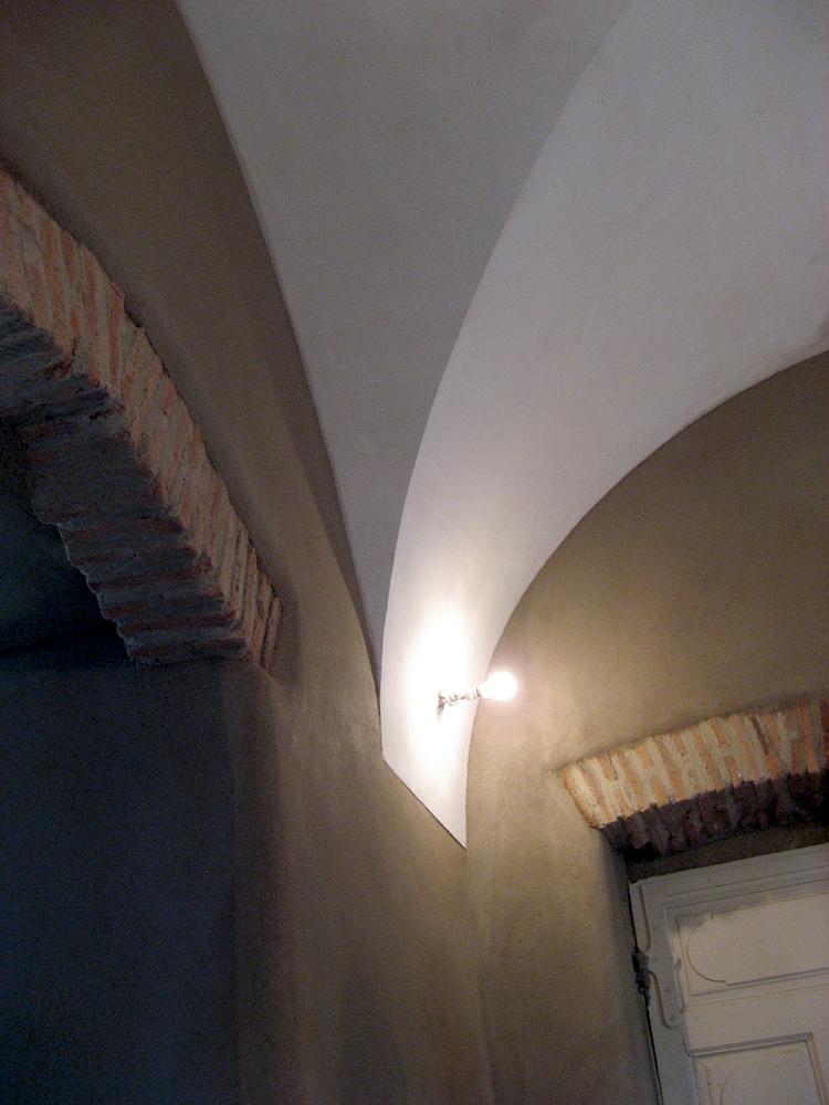 Plâtre et sable pour un plafond en croisée d\'ogive. - Stéphanie Paulet