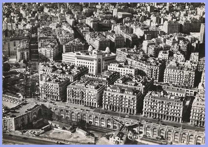 Alger - Vue générale sur le boulevard Carnot, Au centre la Poste, Boulevard Laferrière