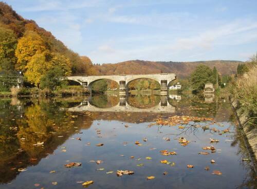 Tableau du pont cassé en automne