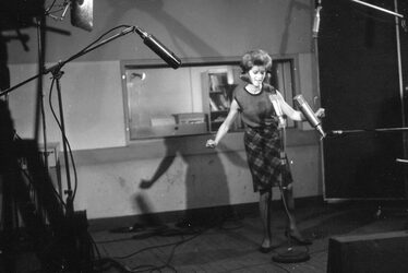 Avril 1963 : Sheila pose en studio d'enregistrement.