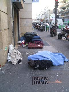 Familles et personnes vulnérables à la rue = violence sociale !