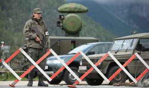 Un garde armé en dehors de la conférence Bilderberg
