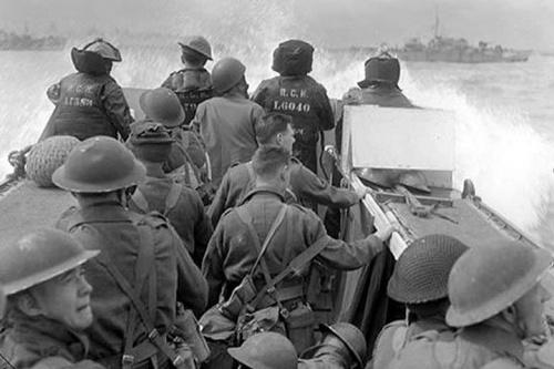 ROBERT CAPA, photographe de guerre américain de génie...