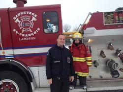 Un jeune pompier très heureux