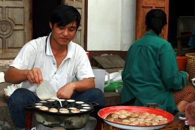Blog de images-du-pays-des-ours :Images du Pays des Ours (et d'ailleurs ...), Restauration: fabrication de succulentes gâteries à la ciboulette - Luang Prabang - Laos