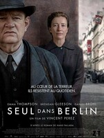 Seul dans Berlin : Berlin, 1940. La ville est paralysée par la peur. Otto et Anna Quangel, un couple d'ouvriers, vivent dans un quartier modeste où, comme le reste de la population, ils tentent de faire profil bas face au parti nazi. Mais lorsqu'ils apprennent que leur fils unique est mort au front, les Quangel décident d'entrer en résistance. Aux quatre coins de la ville, ils placent des messages anonymes critiquant Hitler et son régime. S'ils sont arrêtés, ils savent qu'ils seront exécutés…   L'inspecteur Escherich de la Gestapo s'intéresse bientôt à leurs actions et c'est un redoutable jeu du chat et de la souris qui s'engage. Le danger ne fait que renforcer la détermination d'Otto et Anna et leur amour. Progressivement, leur rébellion silencieuse mais profonde transforme leur vie et leur mariage...-----... Origine : allemand, français, britannique  Réalisation : Vincent Perez  Durée : 1h 43min  Acteur(s) : Emma Thompson,Brendan Gleeson,Daniel Brühl  Genre : Historique,Drame  Date de sortie : 23 novembre 2016  Critiques Spectateurs : 3,6  Titre original : Alone in Berlin