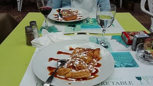 Dejeuner au pavillon bleu avec les amis de Maman