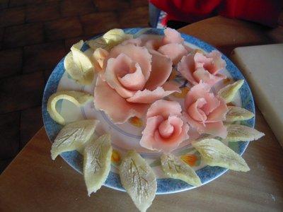 Blog de lisezmoi :Hello! Bienvenue sur mon blog!, Voulez-vous apprendre à faire des roses et des feuilles en pâte d'amande?