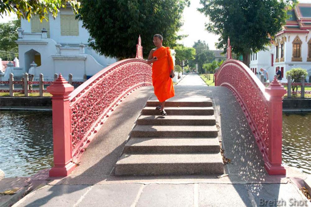Bangkok :  Le pont duTemple de Marbre relie les bâtiments monastiques à l'édifice religieux.