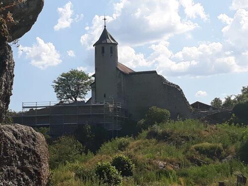 Vue sur la chapelle depuis le vieux château