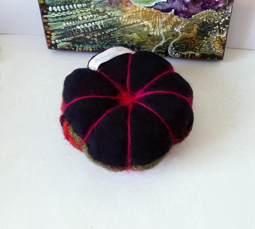 Boule Pique épingles rouge-vert ou décoration de table laine feutrée tricotée du Pérou