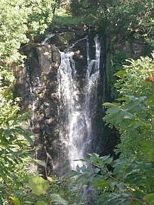 cascade-du-sartre-en-été-cheylade