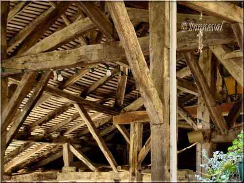 Bassoues Gers bastide Midi-Pyrénées charpente de la halle du 16ème siècle