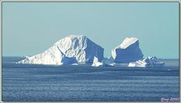 Navigation en mer de Baffin : traversée d'un champ d'icebergs - Région du Cap York - Groenland