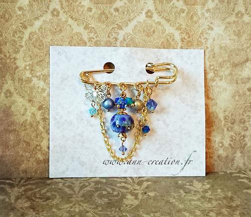 Broche Epingle bleu et or Verre filé à la flamme, Cristal de Swarovski et breloque papillon / Métal doré