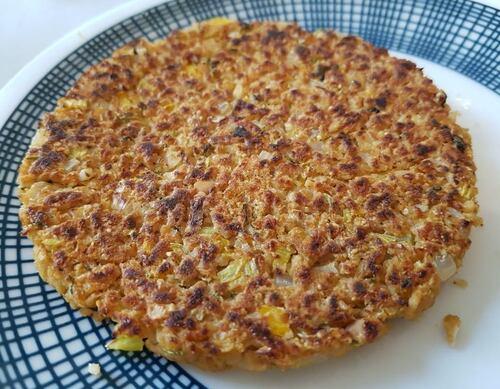 BURGERS de granules de PST épicés au beurre de cacahuètes, farine de cacahuètes, piment Chipotle & légumes