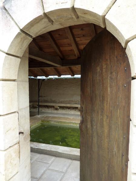 Porte d'entrée du lavoir