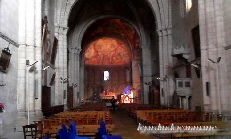 Saint-Macaire (gironde) La commune de Saint-Macaire se situe sur la rive droite de la Garonne au niveau du fleuve où l'effet est une église catholique située dans le département français de la Gi
