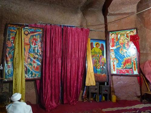 un prêtre en prière