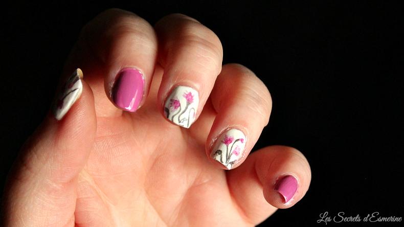 un nail art floral à l'aquarelle
