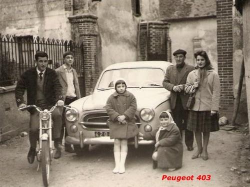 23 - Poser près de sa voiture
