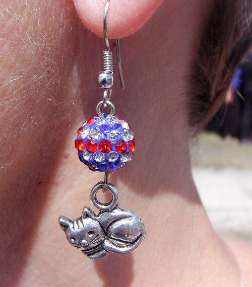 Boucles d'oreilles chaton avec leurs perles shamballa union jack