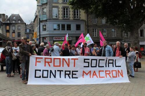 Entre cinquante et soixante personnes se sont réunies devant l'ancien local de campagne de Bruno Joncour, maintenant vide.