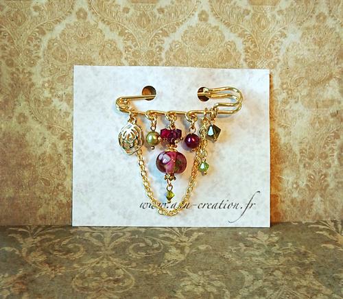 Broche Epingle prune et or Verre filé à la flamme, Cristal de Swarovski et breloque rose fleur / Métal doré