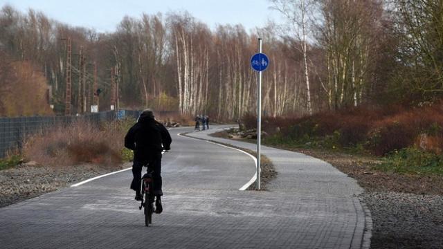 Une piste large et éclairée, sans feux, carrefours ni voitures : ce rêve du cycliste pourrait devenir réalité en Allemagne, où se développent des projets d'autoroutes à vélos.