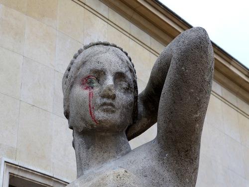 Statues taguées, vandalisme