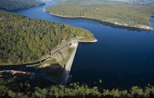 Le plus grand lac artificiel de Bretagne (304 ha et 27 m de profondeur) sera complètement vide fin avril et jusqu'en novembre. 53 millions de m3 d'eau doivent être évacués.