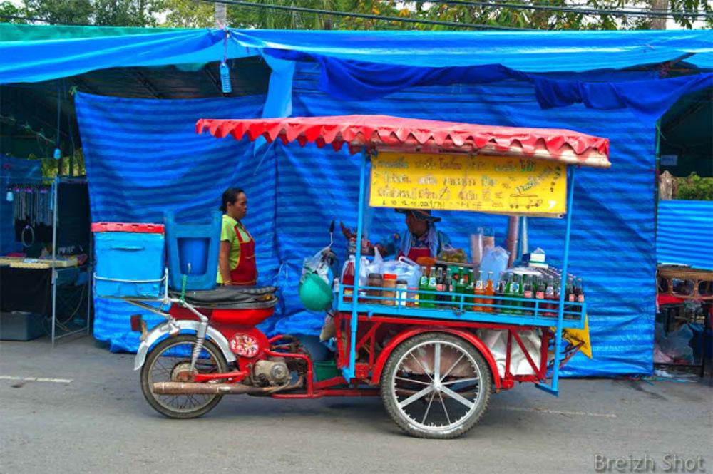Ayutthaya, triporteur à moteur et vendeur ambulant