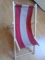 Une chaise longue pour poupées.