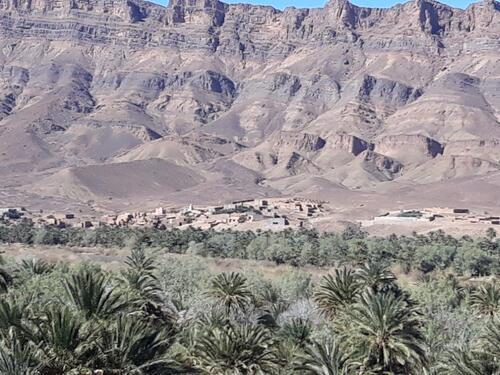 Un petit village blotti entre djebel et palmeraie