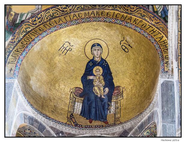 Dans l'abside, la Vierge tenant l'enfant