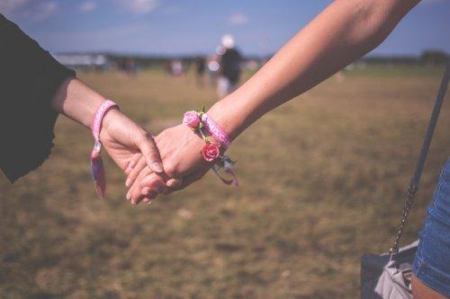 couple-dans-la-main-500x333