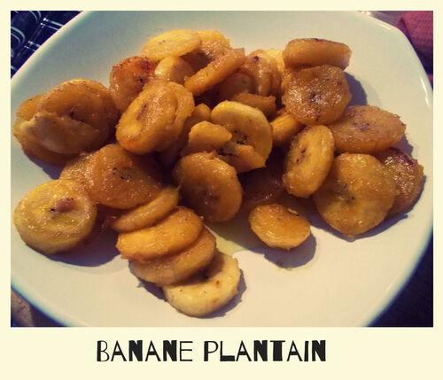 Aiguillettes de poulet, sauce lait de coco et banane plantain, chips de bananes