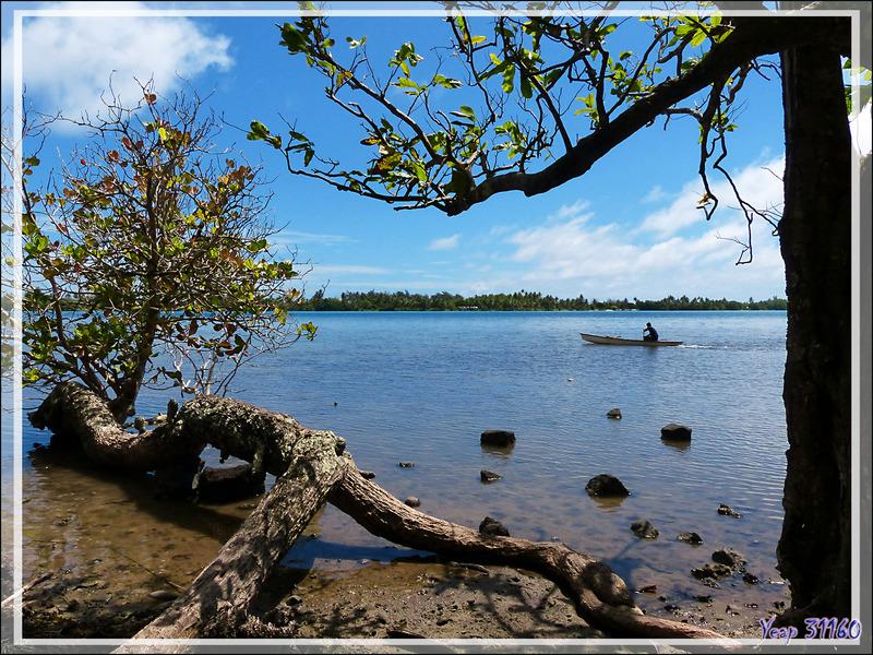 Piroguier sur fond de motu Murimahora - Huahine - Polynésie française