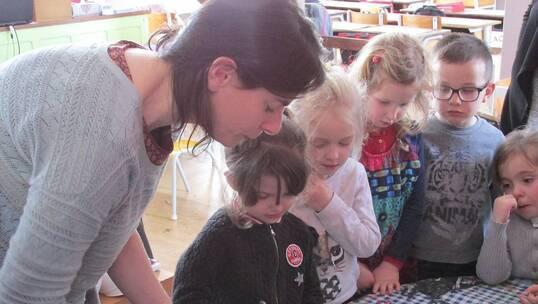 Préparation du plâtre par les écoliers pour la réalisation d'empreintes  des animaux de la rivière.
