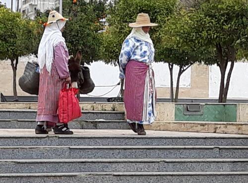 Ces dames traversent la place en habit de rifaine