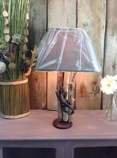 Lampe en bois flotté et salamandre