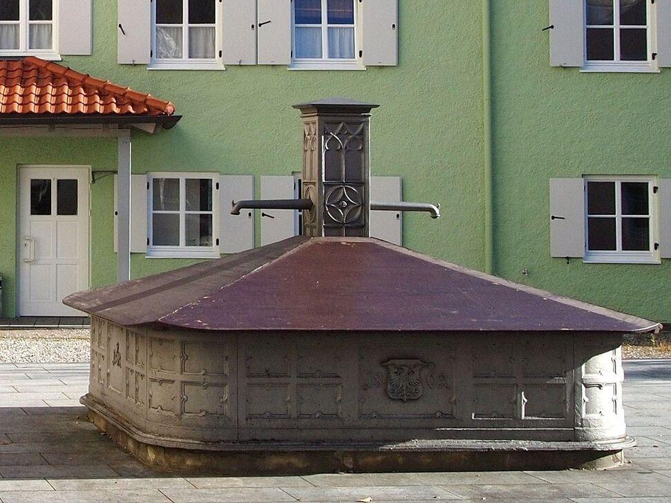 Schongau Karmeliterstrasse Brunnen.JPG
