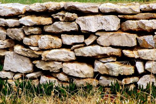 Des bancs et un mur