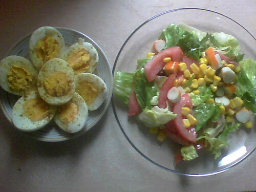 Salade tomate, maïs, cornichon.... + oeufs