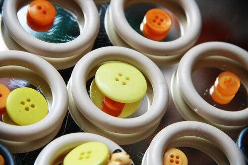 Quand des boutons colorés se retrouvent abandonnés tout près d'un miroir qui n'a pas été rangé....