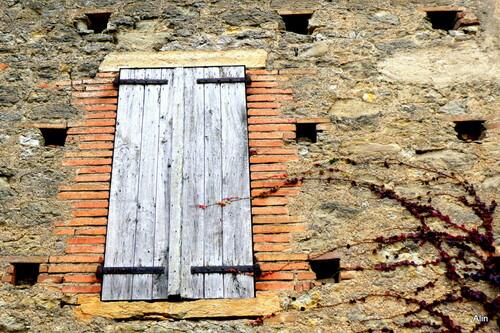 La fenêtre aux volets fermés