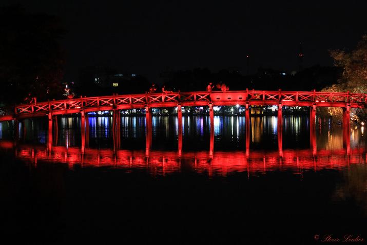 Reflets nocturnes sur le lac Hoan Kiem ou lac de l'Epée à Hanoï, Viêt Nam
