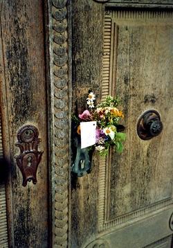 Kräuterboschen, frisch gesegnet, an Kirchentür