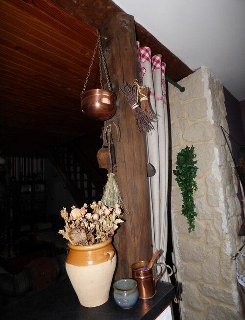 le pilier  juste en face fait en imitation pierre , la pourte au bout du bar est traverse de chemin de fer